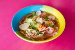 Soupe de nouilles thaïlandaise de fruits de mer photos stock