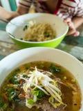 Soupe de nouilles de vermicellis avec du porc et des légumes dans r traditionnel Image libre de droits