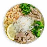 Soupe de nouilles, viande, crevette, oignon, citron, chou du plat sur une vue supérieure de fond blanc Image libre de droits