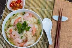 Soupe de nouilles de wonton de crevette de coup courbe avec dessus une table Image libre de droits