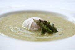 Soupe degli spinaci con l'uovo e l'asparago Fotografia Stock Libera da Diritti