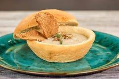 Soupe des champignons dans le pot de pain image stock