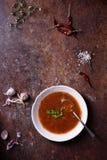 Soupe espagnole à Gazpacho avec des ingrédients sur le fond rustique Vue supérieure, l'espace de copie Image libre de droits