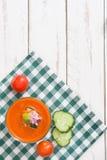Soupe et ingrédients à Gazpacho sur le bois blanc Photographie stock libre de droits