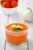 Soupe et ingrédients à Gazpacho sur le fond en bois blanc Images libres de droits