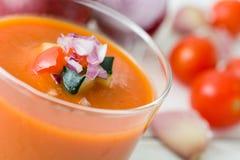 Soupe et ingrédients à Gazpacho sur le fond en bois blanc Image stock