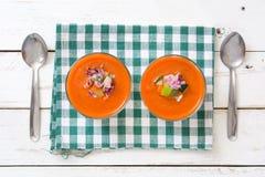 Soupe et ingrédients à Gazpacho sur le fond en bois blanc Photo stock