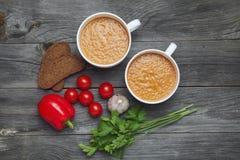 Soupe et ingrédients à Gazpacho sur le fond en bois foncé espagnol Photo libre de droits