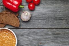 Soupe et ingrédients à Gazpacho sur le fond en bois gris c vide Images stock