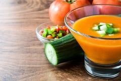 Soupe et ingrédients froids espagnols traditionnels à gazpacho Image libre de droits