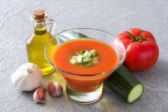 Soupe et ingrédients froids espagnols traditionnels à gazpacho Image stock