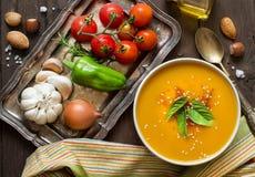 Soupe et légumes frais à potiron sur une table en bois image libre de droits