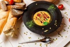 Soupe et pain crèmes Photo libre de droits