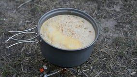 Soupe faisant cuire dans le camp banque de vidéos