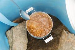 Soupe faisant cuire sur un brûleur à gaz photo libre de droits