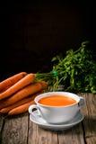 Soupe faite maison à carotte avec les ingrédients frais photo stock