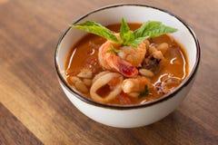 Soupe faite maison à Fagioli de Calamari Photos libres de droits