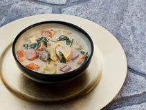 Soupe faite maison à Tortellini avec Vegtables dans une cuvette photo libre de droits
