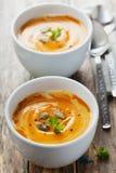 Soupe fraîche à carotte dans la cuvette blanche, potage aux légumes diététique Photos libres de droits