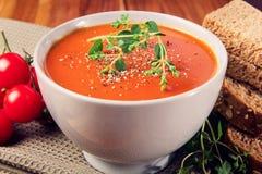 Soupe fraîche à tomate avec du pain Photographie stock libre de droits