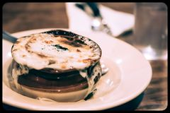 Soupe française à oignon dans une cruche images libres de droits