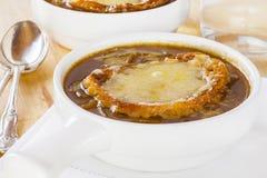 Soupe française à oignon sur le fond clair Image libre de droits