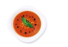 Soupe froide à été de Gaspacho dans le plat de porcelaine, d'isolement sur le fond blanc Photo stock