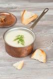 Soupe froide à chou-fleur avec le fromage blanc et les croûtons Photographie stock