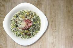 Soupe froide à yaourt d'été avec le radis, le concombre, et l'aneth sur la vue supérieure de fond en bois Okroshka Images stock