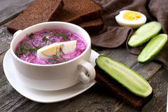 Soupe froide avec des betteraves, des concombres, l'aneth et la crème sure Images libres de droits