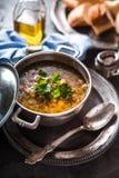 Soupe grecque à pois chiche dans le pot sur le fond en pierre Images libres de droits