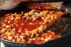 Soupe hongroise chaude traditionnelle à ragoût sur le feu ouvert image libre de droits