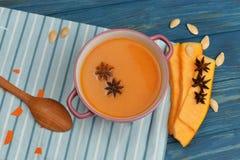 Soupe lumineuse savoureuse de purée de potiron Image libre de droits