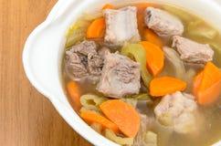 Soupe marinée à chou avec des carottes et des nervures de porc Photographie stock libre de droits