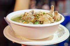 Soupe ?pic?e aigre ? c?te de d?couvert de porc, style tha?landais de soupe de magasin de foodtruck au foodstreet, Bangkok, Tha?la photo libre de droits