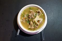 Soupe ?pic?e aigre ? c?te de d?couvert de porc, style tha?landais de soupe de magasin de foodtruck au foodstreet, Bangkok, Tha?la photos libres de droits