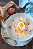 Soupe polonaise traditionnelle Zurek Soupe aigre avec la saucisse, les pommes de terre et les oeufs photographie stock