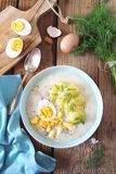 Soupe polonaise traditionnelle Zurek Soupe aigre avec la saucisse, les pommes de terre et les oeufs dans la cuvette en c?ramique images libres de droits