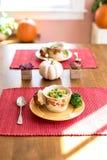 Soupe pour le déjeuner dans une salle à manger ensoleillée Images stock