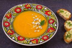 Soupe rôtie à courge de Butternut avec des pains grillés de beurre de fromage bleu et d'ail Soupe crémeuse à fruits et légumes Images stock
