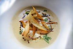 Soupe rôtie à panais avec des chips de panais images stock