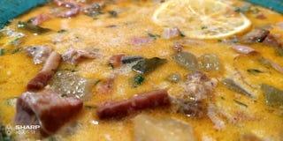 Soupe russe traditionnelle Solyanka cuit avec de la viande, des saucisses, des concombres sal?s et des olives images libres de droits