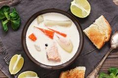 Soupe saumonée avec des pommes de terre, carottes, crème Soupe scandinave et norvégienne à poissons sur un fond en bois rustique  image libre de droits