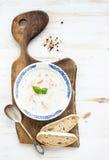 Soupe saumonée scandinave avec de la crème, basilic frais Images stock