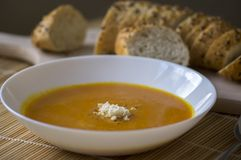 Soupe savoureuse à potiron avec le raifort et la baguette fraîche de multigrain Photos libres de droits