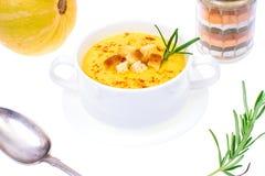 Soupe savoureuse à purée de potiron dans la soupière de soupe blanche Images libres de droits