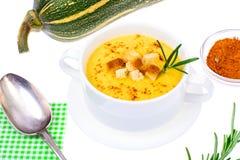 Soupe savoureuse à purée de potiron dans la soupière de soupe blanche Photos libres de droits