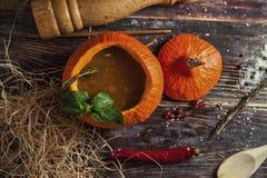 Soupe savoureuse lumineuse en potiron Photographie stock libre de droits