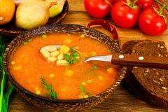 Soupe sicilienne à tomate avec des haricots blancs Cuisine italienne nationale Photographie stock libre de droits