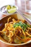 Soupe thaïlandaise à cari de nouille avec du porc sur la table en bois Images stock